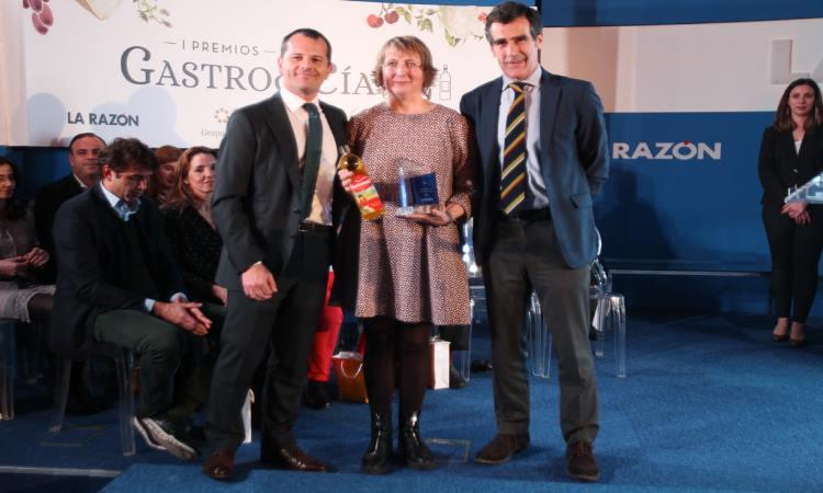 Carbonell entrega premio tapon de oro a IKEA